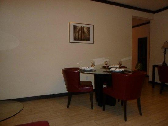 Tradewinds Apartment Hotel : Comedor