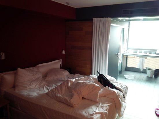 Casa Camper Berlin: Zimmer mit Blick aufs tolle Badezimmer mit freiem Ausblick