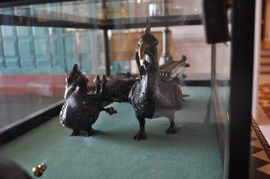The Oberoi Amarvilas: artifacts displayed throughout hotel