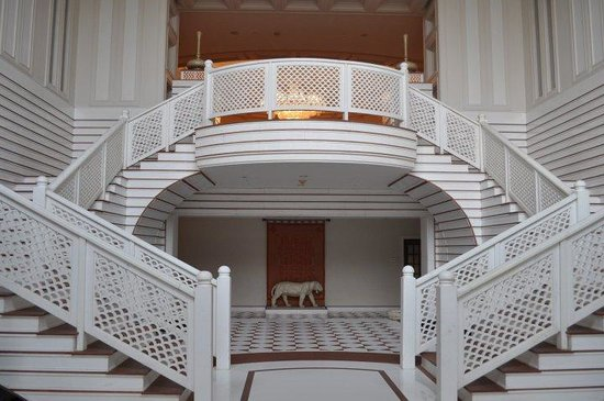The Oberoi Amarvilas: grand stairwell down to the retaurants