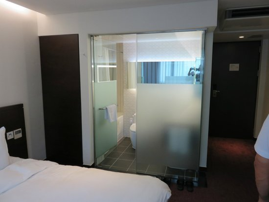 Hotel Aropa: Glass walled bathroom