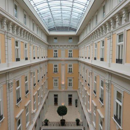 Corinthia Hotel Budapest: cour intérieure