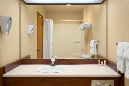 Howard Johnson Express Inn - Leavenworth : Bathroom