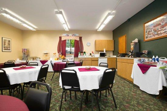 Howard Johnson Express Inn - Leavenworth : Breakfast Room