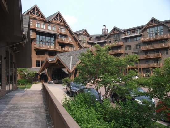 Stowe Mountain Lodge: Front view of hotel.