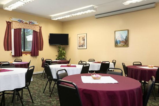 Howard Johnson Express Inn - Leavenworth: Conference Room