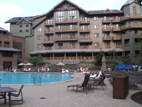 Stowe Mountain Lodge: Pool view of hotel