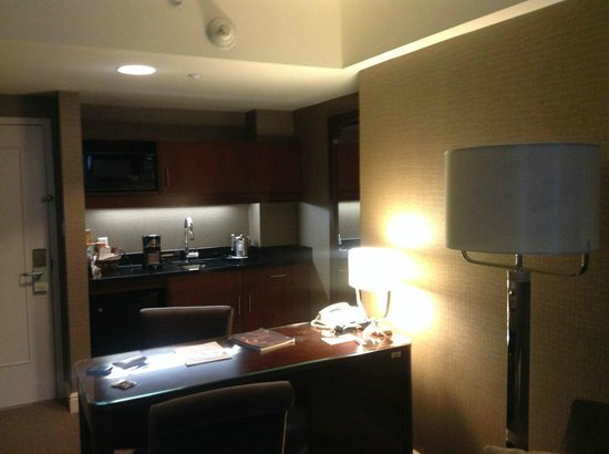 Sheraton Suites Calgary Eau Claire: Refurbished desk and kitchenette area