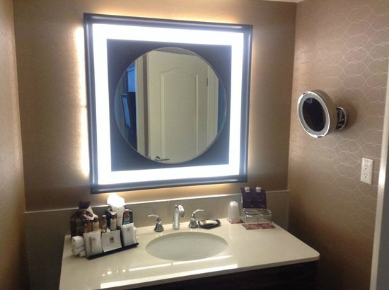 Sheraton Suites Calgary Eau Claire: Refurbished bathroom