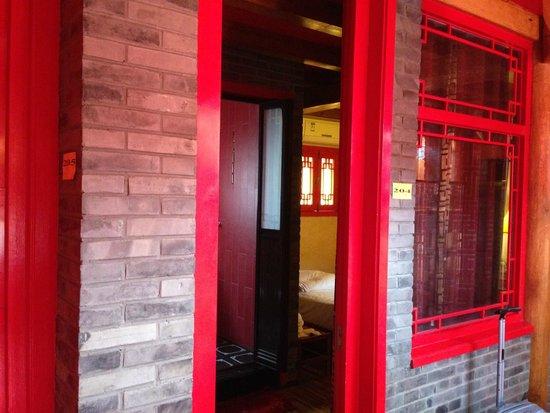 Le Palais Rouge : La porta della camera e la finestra verso il corridoio