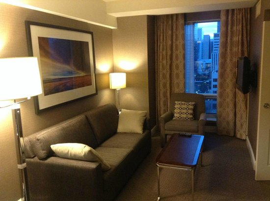 Sheraton Suites Calgary Eau Claire: Refurbished sitting room in the early morning