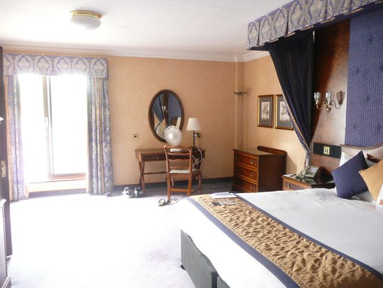 Copthorne Hotel Effingham Gatwick: Our bedroom with balcony access