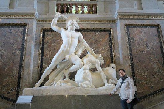 Kunsthistorisches Museum: Escultura no saguão principal