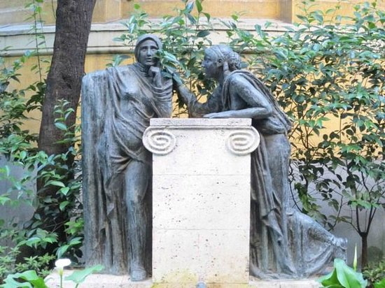 Museo Sorolla: 前庭の像
