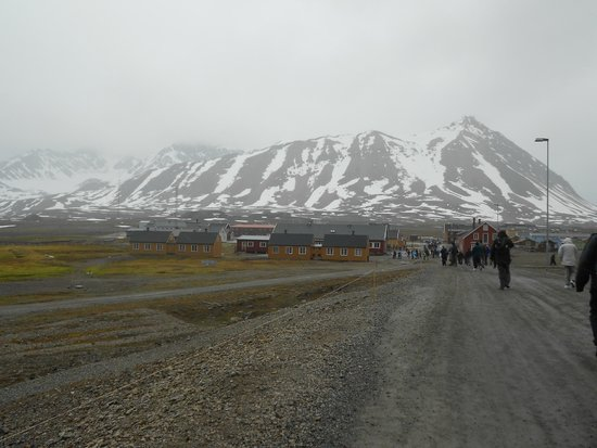 Ny Ålesund + The most Northern Town : The path round the island