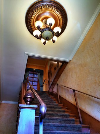 Kaiser House Lodging: Main Stair