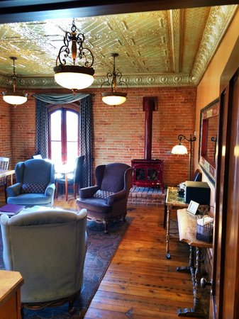 Kaiser House Lodging: Common Room in the upstairs area.  Beautiful view of Main Street