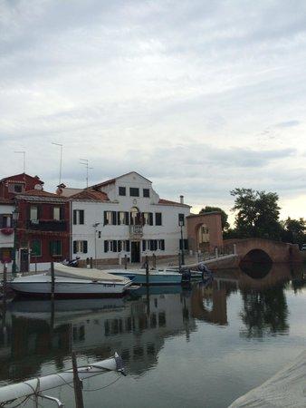 Ca' del Borgo: Evening view of the hotel