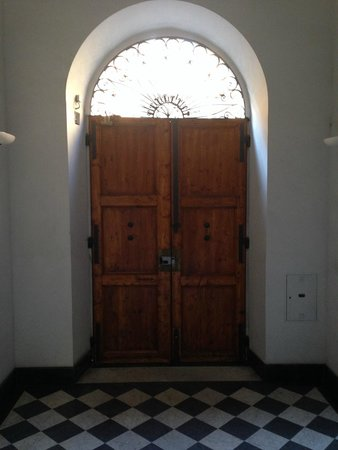 Front Door Down at Street Level - Picture of Soggiorno Comfort ...