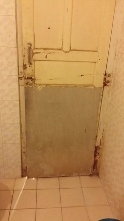 Krishna Palace: Broken bathroom door