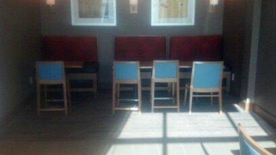 Hyatt House Los Angeles/El Segundo: dining / breakfast tables