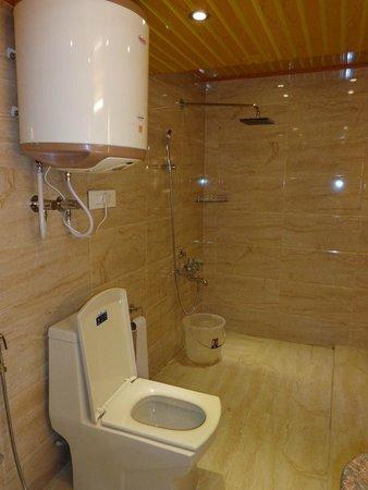 Five Fixture bathroom - Picture of Hotel Mirage, Srinagar - TripAdvisor