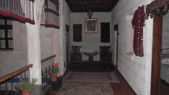 Oriental Cave Suites : üst kattaki odaların buluduğu antre