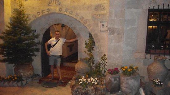 Oriental Cave Suites : otel girişi ve ben:)