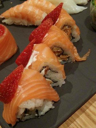 Ra Sushi: Ayaka med friterte mandler, kremost, laks og jordbær