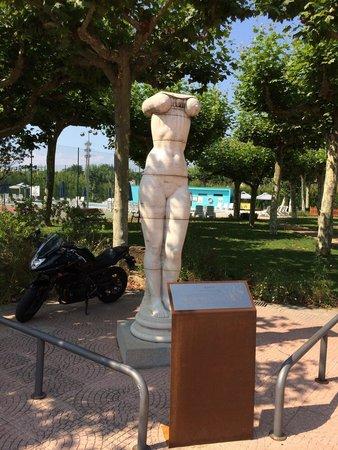 Hotel Balneario Vichy Catalan: Скульптура- украшение сада перед главным входом