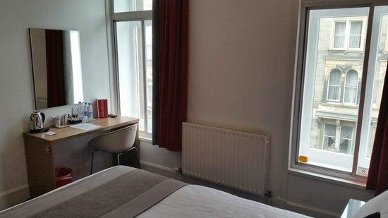 Cityroomz Edinburgh: Room, desk with welcome extras:)