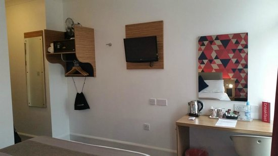 Cityroomz Edinburgh: Room, TV set and desk.