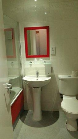 Cityroomz Edinburgh: Bathroom.