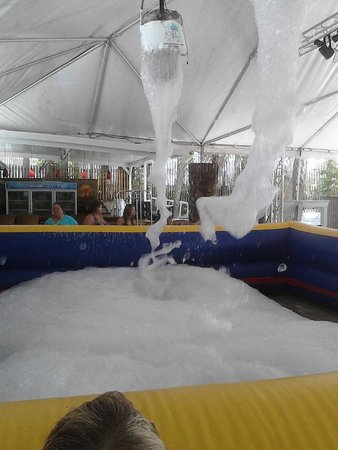 The Sandpiper Beacon Beach Resort : foam pit party. so fuN!