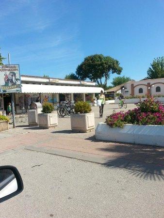 Villaggio San Francesco: Negozi all'ingresso