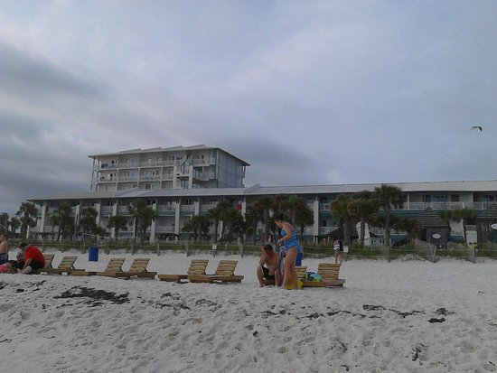 The Sandpiper Beacon Beach Resort : view of hotel from the beach
