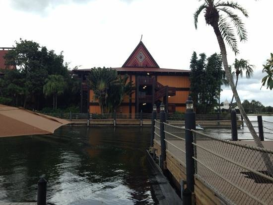 Kona Cafe : docking area and Tuvalu building at Polynesian Resort