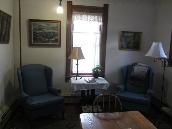 The Stagecoach Inn Bed and Breakfast: Sat here and read in room 10