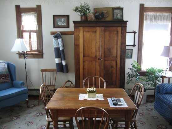 The Stagecoach Inn Bed and Breakfast: Cozy room to hang out in room 10