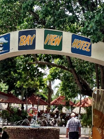 Bay View Hotel: Entrance from large parking area