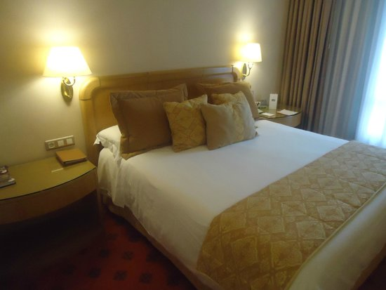 Gran Hotel Los Abetos : a king size bed