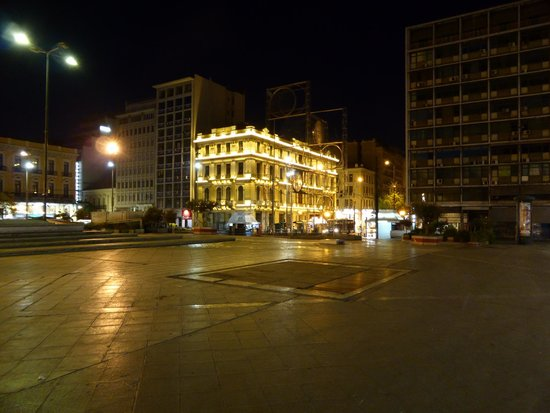 BEST WESTERN Pythagorion Hotel: Omonoia Square at 9:25 PM