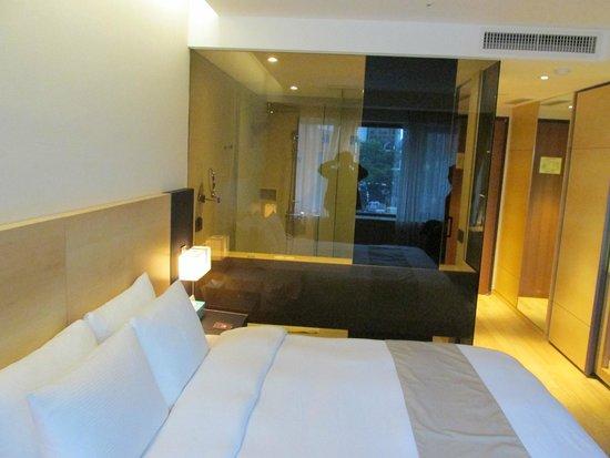 Pacific Hotel: Vista geral do quarto e banheiro