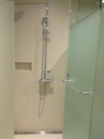 Pacific Hotel: Parte do banheiro excelente ducha