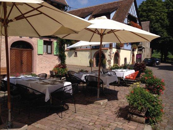 Cote Vigne: Terrasse côté fontaine , aux côté vigne ...