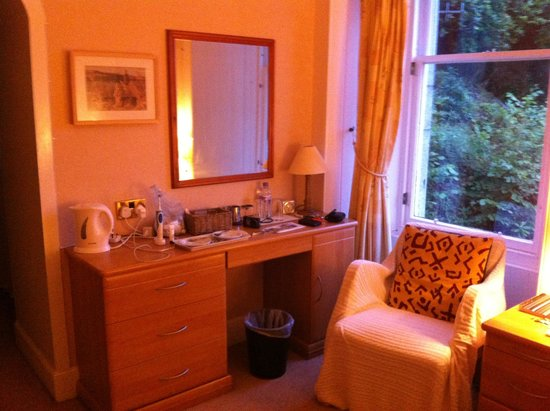 Craiglinnhe House: Dressing table area/drinks