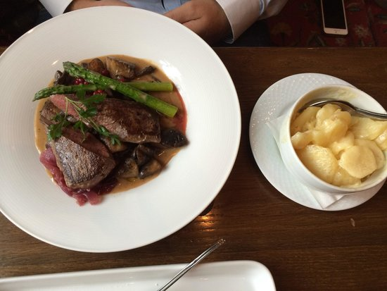 Bryggeloftet & Stuene : Delicious reindeer with asparagus, mushroom and caramelized onion in red wine and gratinated pot