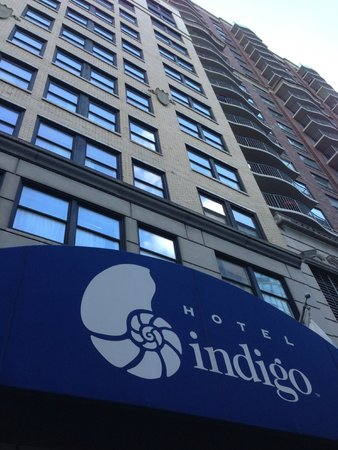 Hotel Indigo Chicago Downtown Gold Coast: Outside of hotel.