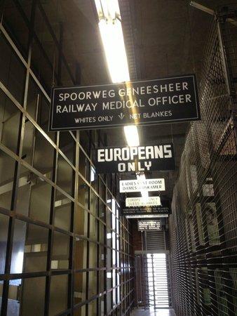Museo del Apartheid: Placas