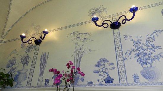 Lilium Hotel: dettaglio parete hall